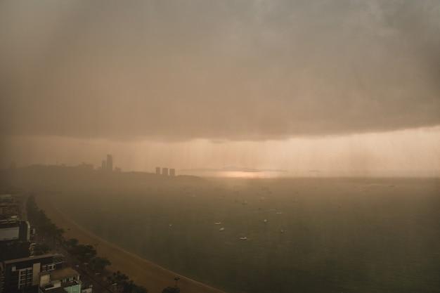 Zware storm regenachtige wolken boven moderne stad aan zee