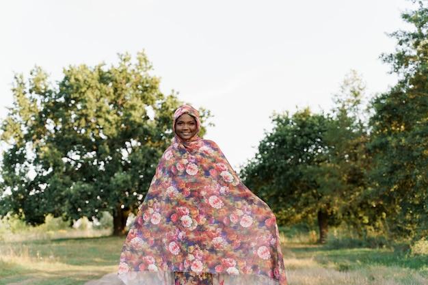 Zwart aantrekkelijk moslimmeisje in trendy traditionele kleding, vrouw in traditionele hijab