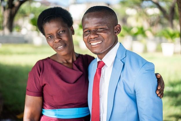 Zwart afrikaans man en vrouwenportret met liefde