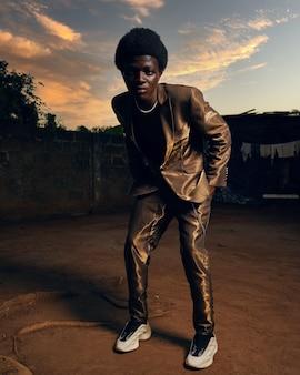 Zwart afrikaans mannelijk model poseren