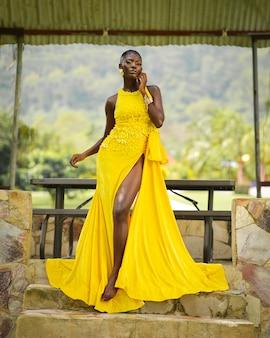 Zwart afrikaans vrouwenmodel in gele jurk