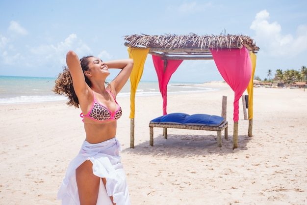 Zwart afro jong schattig meisje, krullend haar, bikini, strand. afro-amerikaanse zomervakantie vakantie.