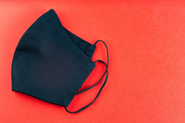 Zwart beschermend masker. herbruikbaar handgemaakt gezichtsmasker. kopieer ruimte. bovenaanzicht