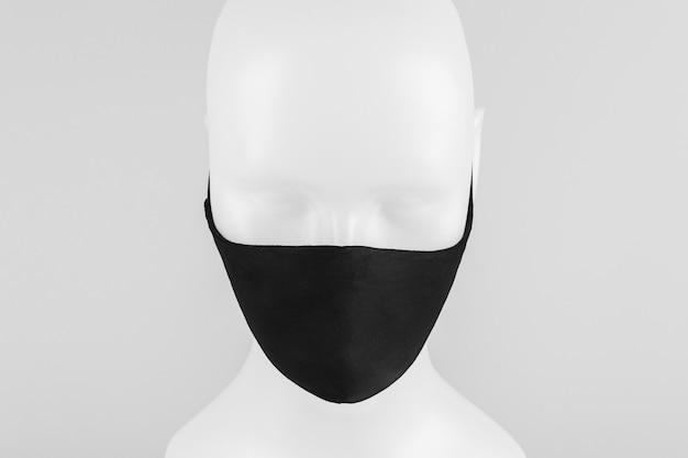 Zwart beschermend stoffen gezichtsmasker op een paspop