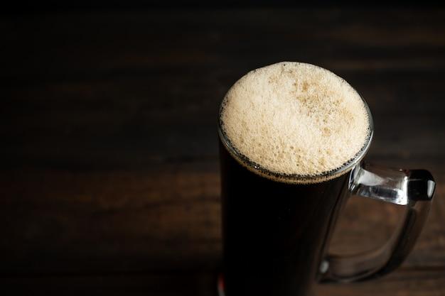 Zwart bier op hout.