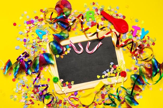 Zwart bord met feestelijke decoratie rond