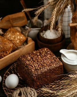 Zwart brood bedekt met zaden