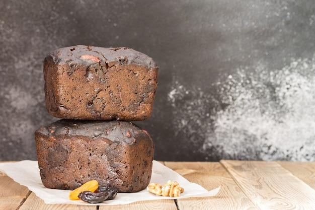 Zwart brood met bloemzuurdesem, gedroogd fruit en noten