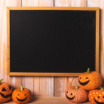 Zwart bureau dichtbij zacht halloween-speelgoed