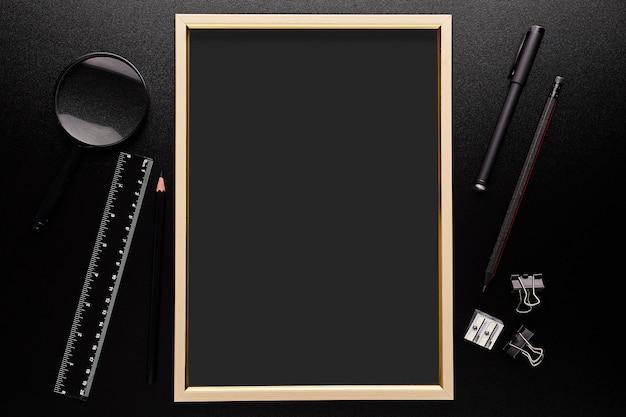 Zwart bureau met frame. terug naar school