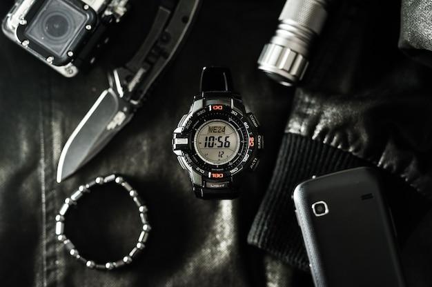 Zwart digitaal horloge voor buitenactiviteiten met stopwatchfunctie, afteltimer, achtergrondverlichting en waterdichtheid.