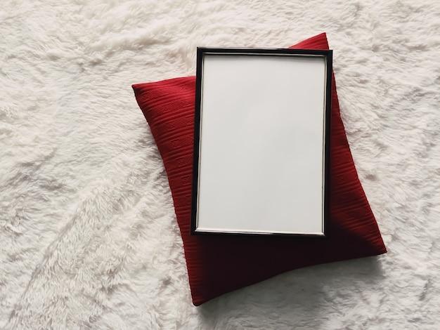 Zwart dun houten frame met lege copyspace als mockup voor fotoprints