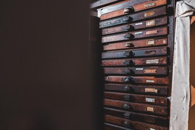 Zwart en bruin houten lade