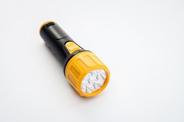 Zwart en geel elektrisch handvatflitslicht op witte achtergrond