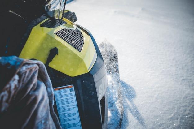 Zwart en geel sneeuwscooter