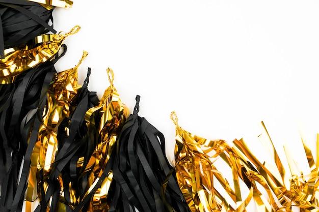 Zwart en goud abstracte feestelijke decoratie achtergrond. plat leggen. vakantie concept