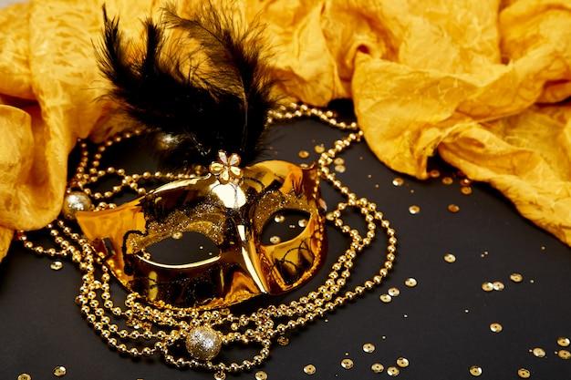 Zwart en goud carnaval masker. bovenaanzicht