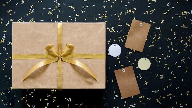 Zwart en goud verkoop met doos en gouden boog en labels voor kerstmis