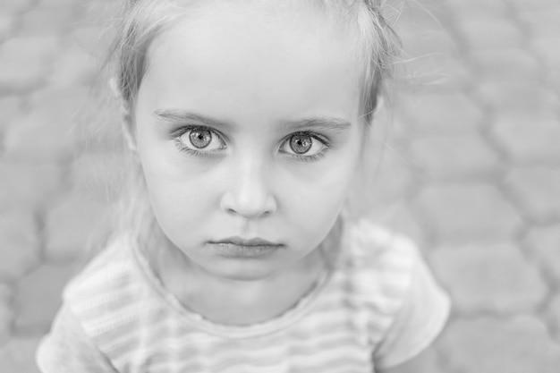 Zwart en wit close-up portret van een jong meisje.