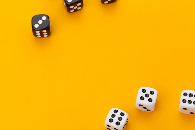 Zwart en wit dobbel op een oranje achtergrond