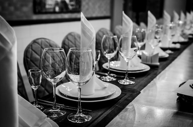 Zwart en wit fotografie. lege glazen in restaurant