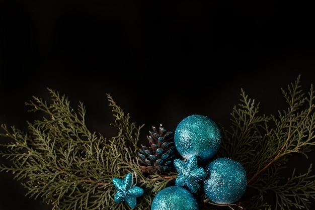 Zwart en wit geschenkdozen met gouden lint op glans achtergrond. plat leggen