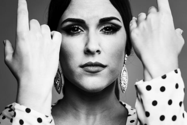 Zwart en wit portret van kostbare vrouw