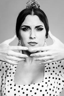 Zwart en wit portret van mooie vrouw