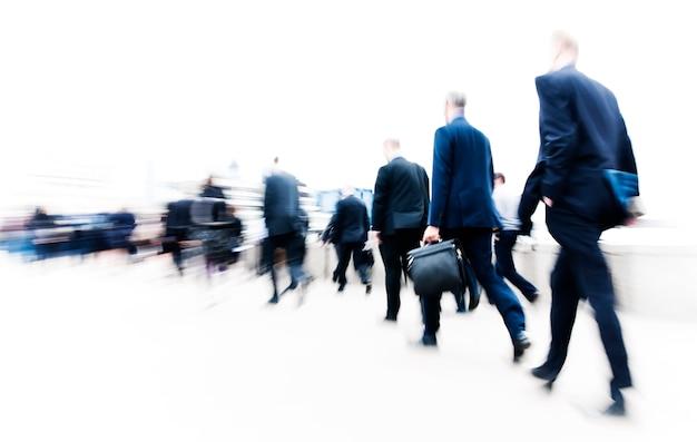 Zwart en wit wazig tafereel van drukke mensen lopen in een haast
