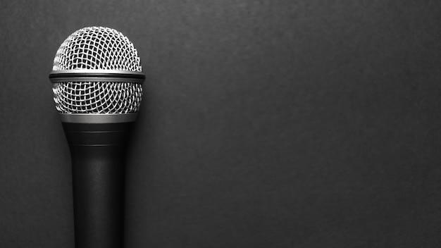 Zwart en zilver microfoon op een zwarte achtergrond