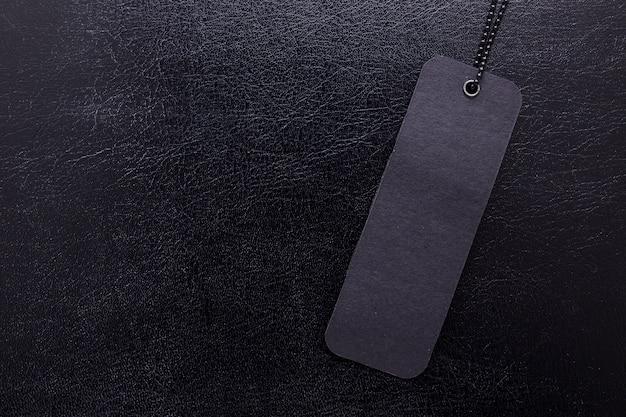 Zwart etiket op zwarte geïsoleerde achtergrond