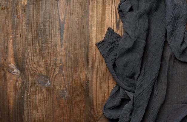 Zwart gaas keuken servet op een bruine houten tafel