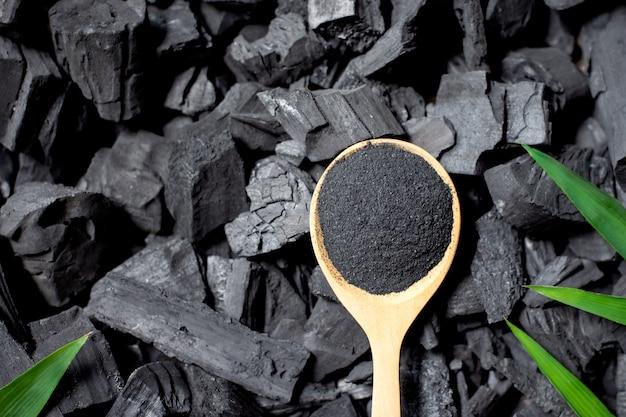 Zwart gemalen houtskool.
