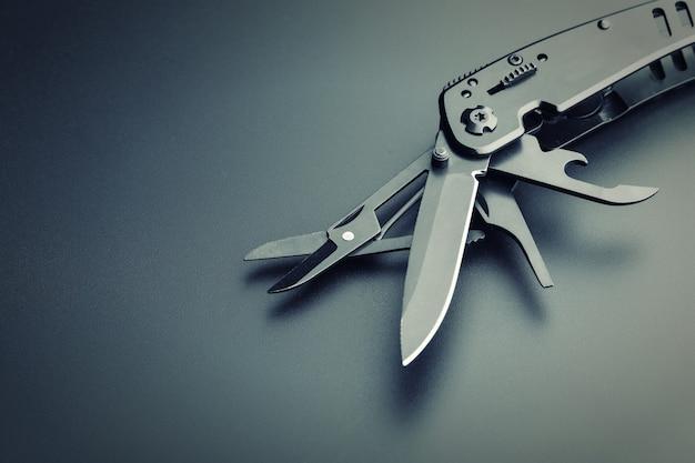 Zwart geopend multitool mes close-up weergave
