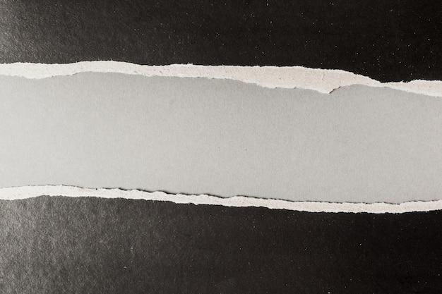 Zwart gescheurd papier