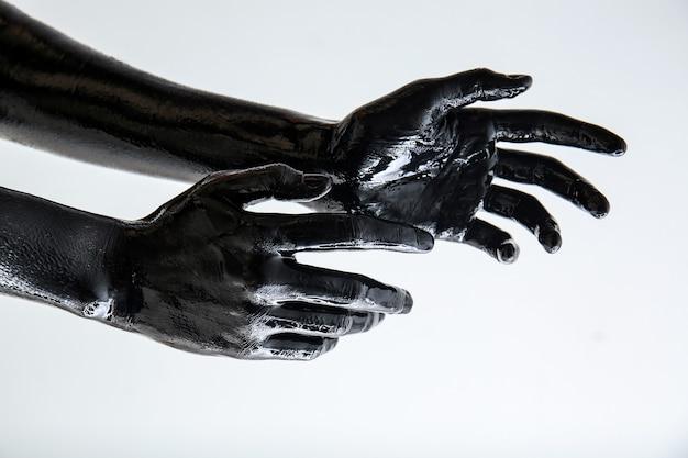 Zwart geverfde handen