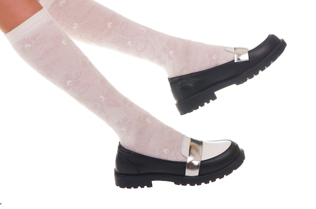 Zwart glans leer meisje schoenen geïsoleerd op wit.