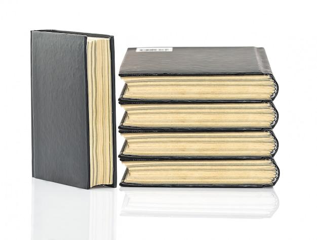 Zwart hardcover boek op wit