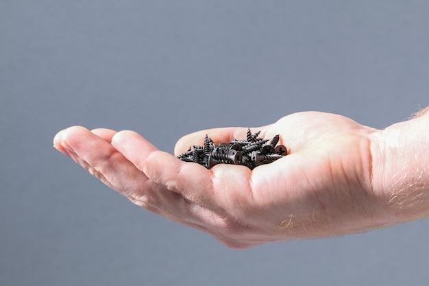 Zwart ijzeren schroeven, bevestigingsmiddelen en hardware bij de hand