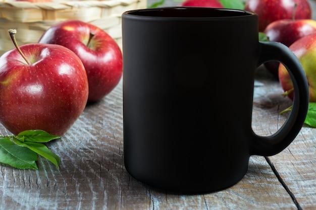 Zwart koffiemokmodel met appelen