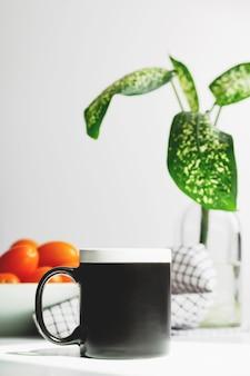 Zwart koffiemokmodel op keukentafelkopmodel voor ontwerp