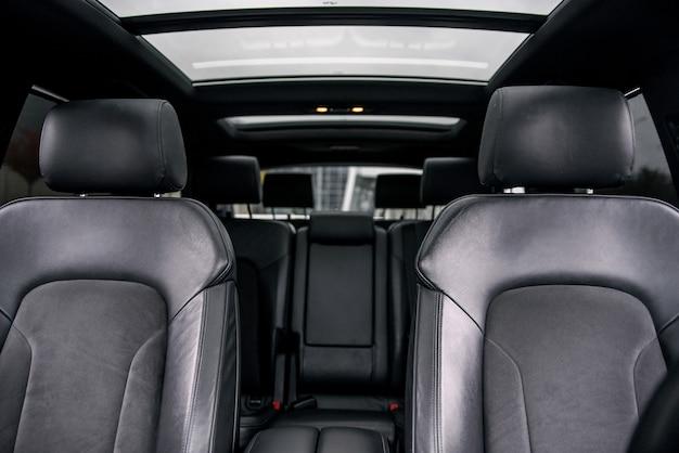 Zwart lederen interieur van moderne luxeauto.