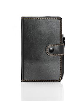 Zwart lederen notitieboek en pen op wit