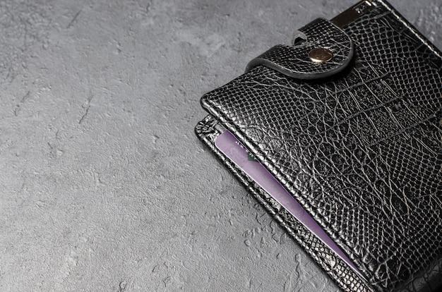Zwart lederen portemonnee op donkere betonnen achtergrond