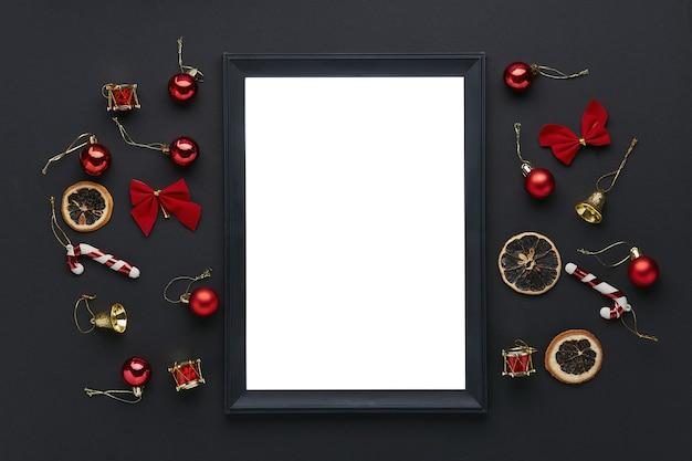Zwart leeg frame met kerstversieringen