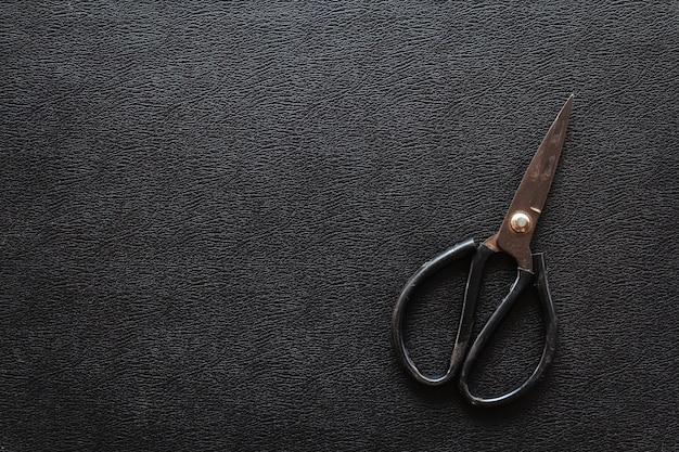 Zwart leer met oude vintage schaar