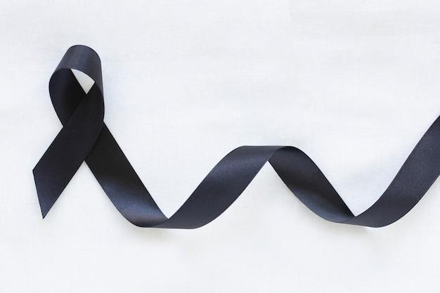 Zwart lint. bewustzijn van huidkanker, melanoomkanker, rouwlint symbolisch.