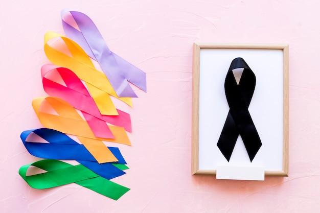 Zwart lint op wit houten frame dichtbij de rij van kleurrijk voorlichtingslint