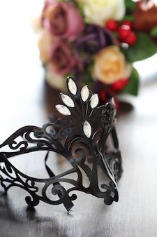 Zwart masker op de houten achtergrond met ruimte voor tekst