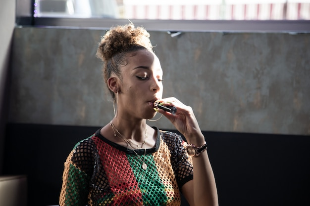 Zwart meisje dat een stoomboot inhaleert